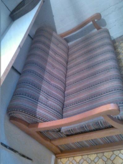 Sofa, 2 Stühle und einen Schrank zum Verschenken